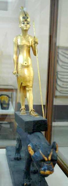 Статуя фараона Тутанхамона верхом на пантере.