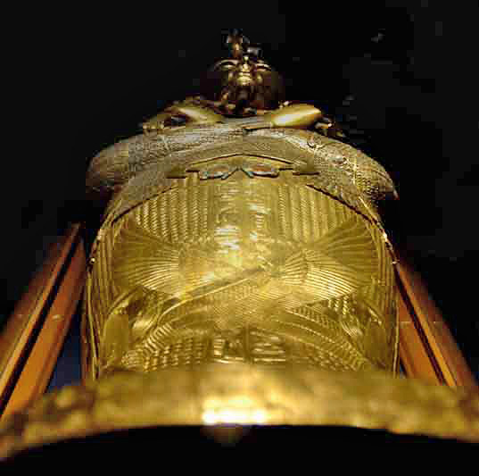 Золотой саркофаг Тутанхамона. Вид со стороны ног. Каирский музей.