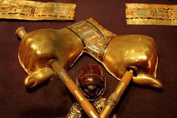 Золотые накладки на руки мумии. Гробница Тутанхамона.
