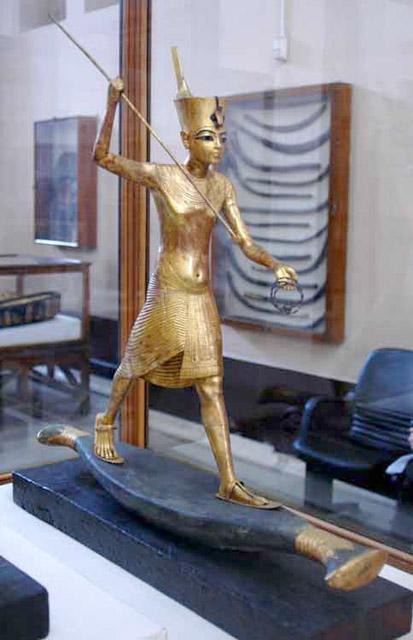 Статуя фараона Тутанхамона в тростниковой лодке.