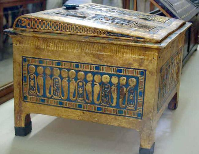 Маленький ларец фараона Тутанхамона. Вид сбоку.