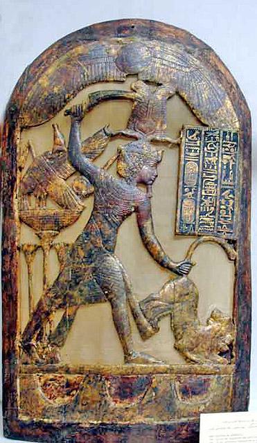 Позолоченный вотивный щит фараона Тутанхамона.