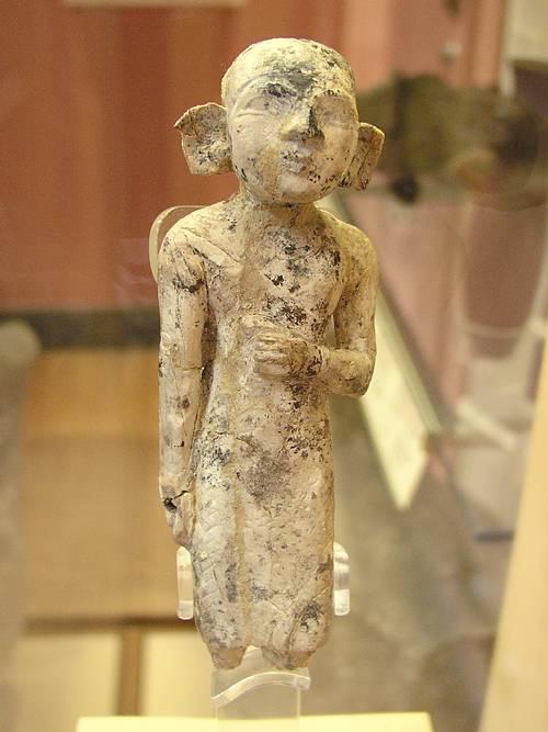 Маленькая фигурка из резца бегемота. Эшмоловский музей.