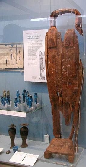 Деревянный саркофаг из пирамиды Микерина. Британский музей