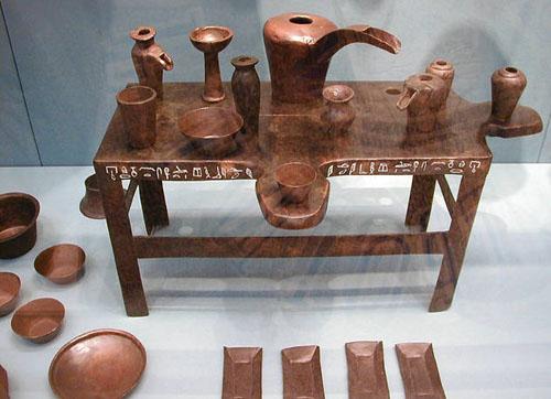 Бронзовый столик для подношений и ритуальные вазы. Британский музей .
