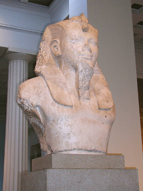 Верхняя часть статуи фараона Аменхотепа III. Британский музей