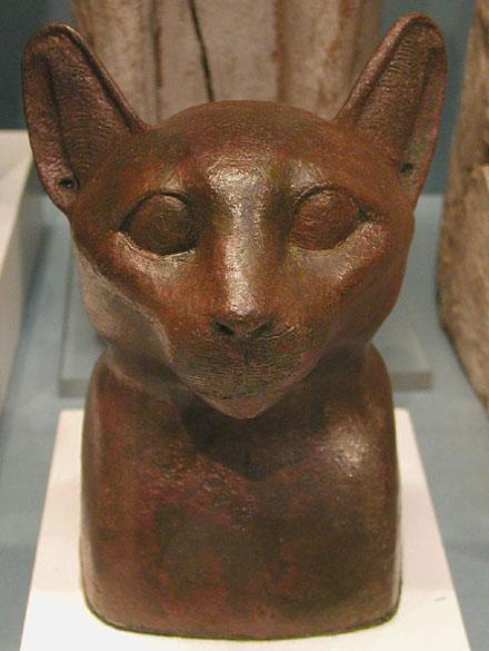 Бронзовая статуя головы кошки. Британский музей
