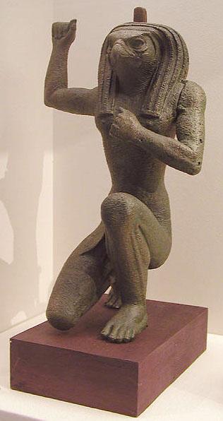 Статуя божества с головой ястреба. Британский музей