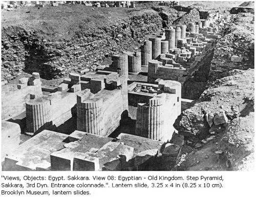 Остатки входной колоннады комплекса пирамиды Джосера.
