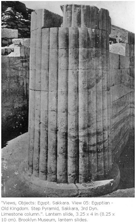 Контрфорс с колонной при входе в заупокойный комплекс пирамиды Джосера.