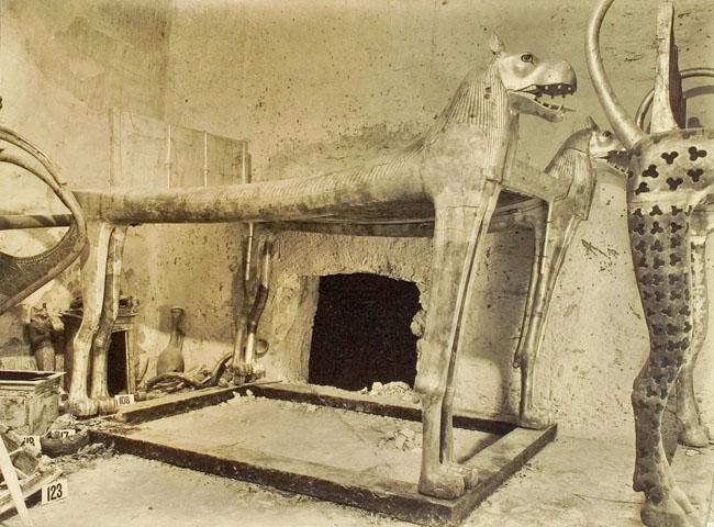 Погребальное ложе в форме головы бегемота. Гробница Тутанхамона.