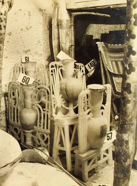 Сосуды, найденные в передней комнате. Гробница Тутанхамона.