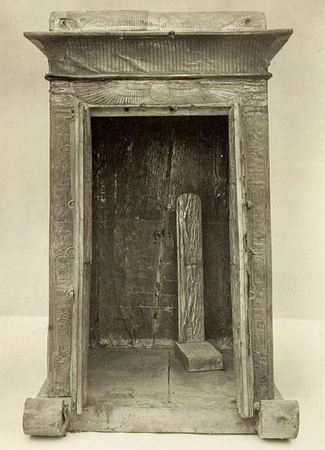 Ковчег для статуи. Вид спереди с открытыми дверцами. Гробница Тутанхамона.
