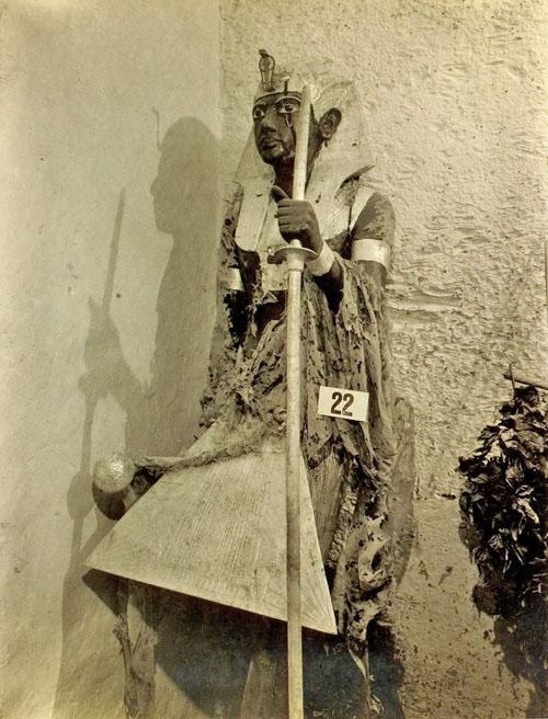 Статуя Ка фараона Тутанхамона в головном уборе немес.