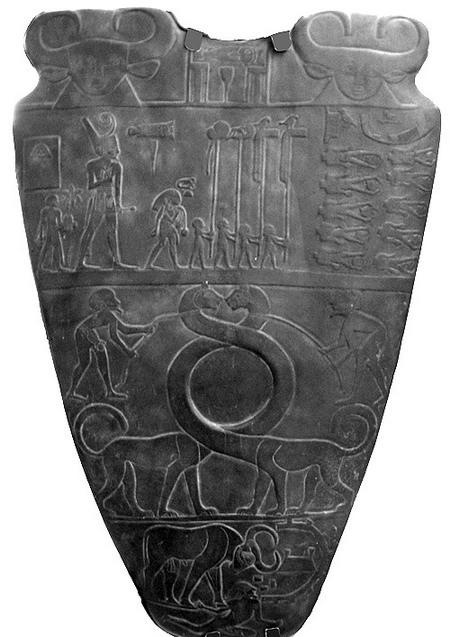 Палетка фараона Нармера. Первая сторона. Каирский музей.