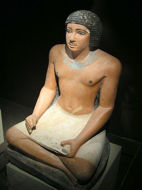 Статуя сидящего писца. Каирский музей .