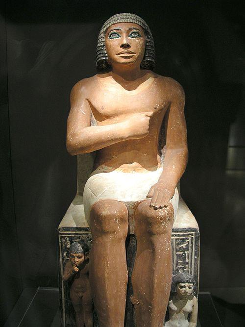 Статуя жреца с сыном и дочерью. Каирский музей .