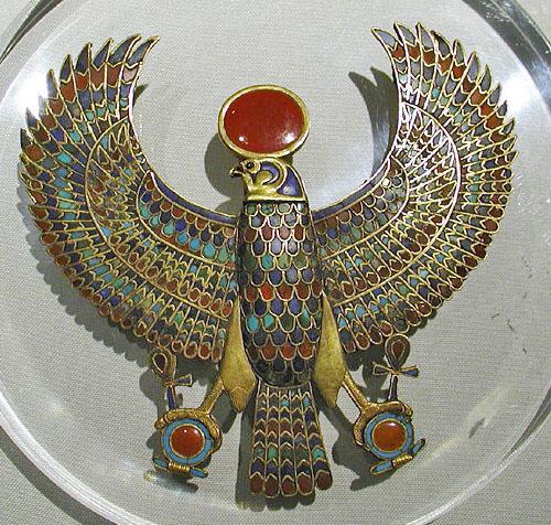 Кулон в форме ястреба. Гробница Тутанхамона. Каирский музей .