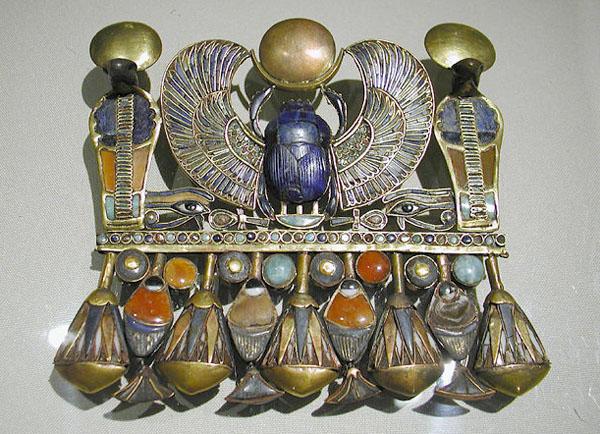 Кулон в форме крылатого скарабея. Гробница Тутанхамона. Каирский музей .
