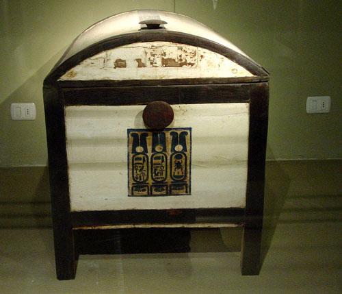 Дервянный сундук. Вид спереди. Каирский музей.