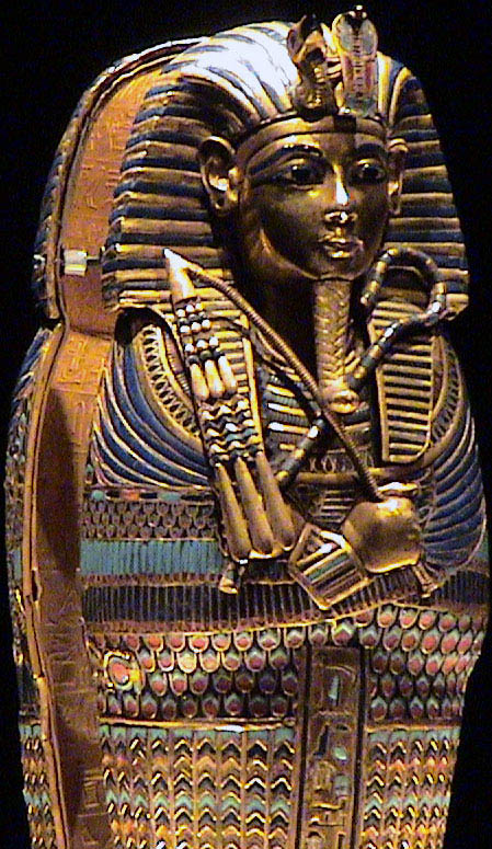 Золотой саркофаг Тутанхамона. Каирский музей .