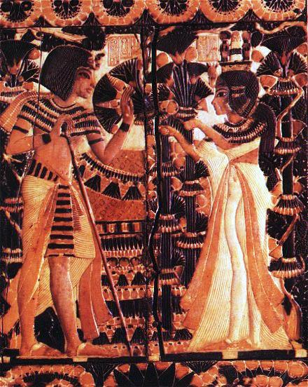 Рельеф Тутанхамон с женой в саду. Каирский музей .