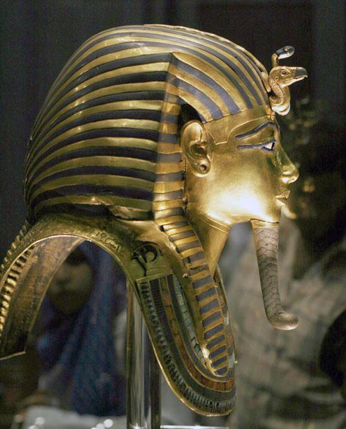 Вид сбоку маски фараона Тутанхамона.
