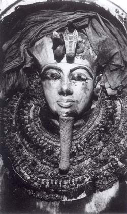 Вскрытие золотого саркофага фараона Тутанхамона.