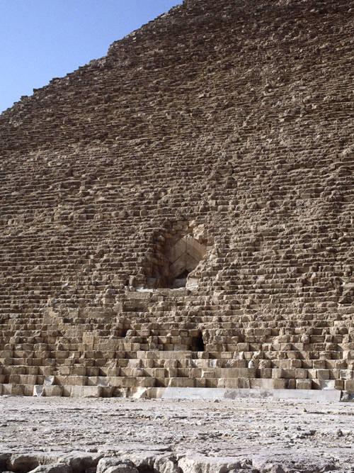 Вид на первоначальный и проломной входы. Пирамида Хуфу (Хеопса).