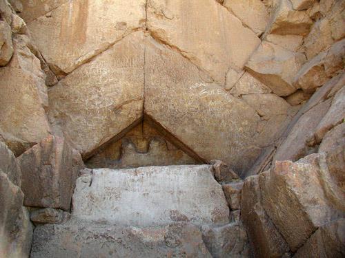 Двухскатная крыша над главным входом пирамиды Хеопса