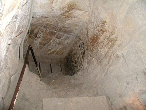 Понижающийся коридор под заглушками Повышающегося коридора. Пирамида Хуфу (Хеопса).