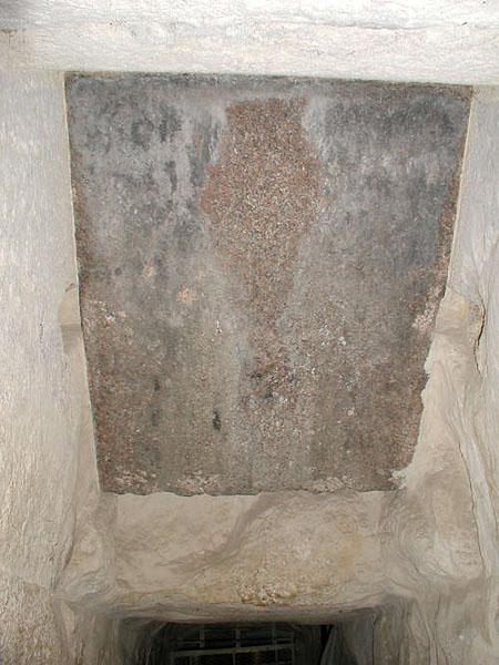 Гранитная плита Восходящего коридора. Пирамида Хуфу (Хеопса).