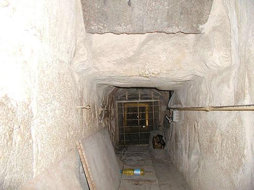 Понижающийся коридор под гранитной заглушкой. Пирамида Хуфу (Хеопса).