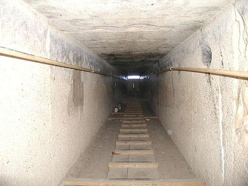 Понижающийся коридор в сторону глвного входа. Пирамида Хуфу (Хеопса).