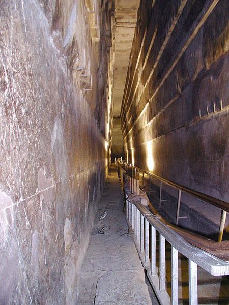 Большая галерея сверху вниз. Пирамида Хуфу (Хеопса).