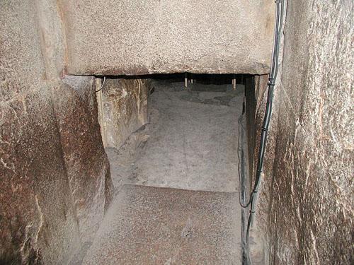 Место перехода известнякового пола в гранитный в предкамере. Пирамида Хуфу (Хеопса).