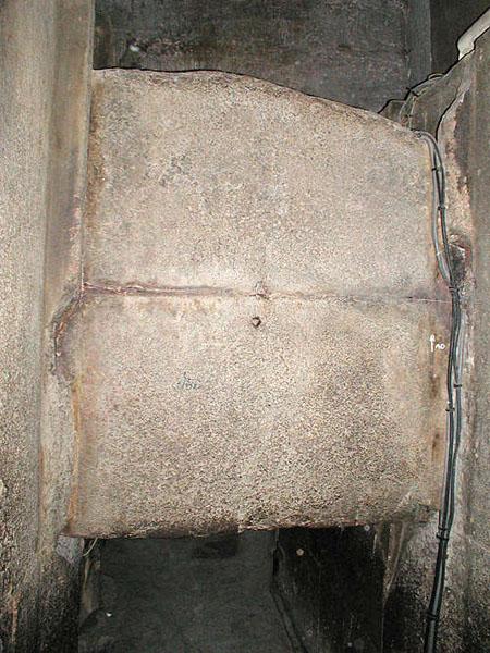 Уцелевшая гранитная плита - заглушка в предкамере. Пирамида Хуфу (Хеопса).
