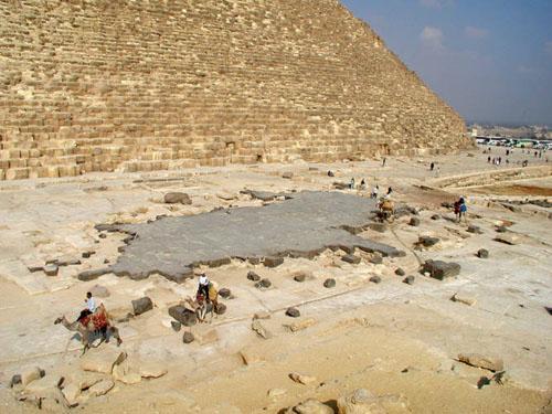 Базальтовый пол храма с восточной стороны. Пирамида Хуфу (Хеопса).