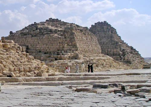 Малые пирамиды G1b (на переднем плане) и G1c царицы Хенутсен.
