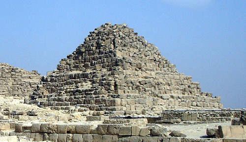 Малая пирамида G1c царицы Хенутсен.