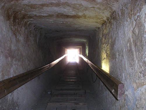 Понижающийся коридор пирамиды Хенутсен G1c.