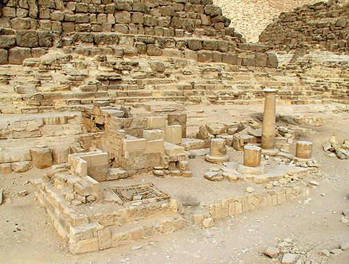 Храм Исиды с восточной стороны пирамиды G1c царицы Хенутсен.