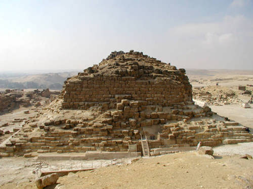 Вид на вход с северной стороны пирамиды G1b царицы Меритетис.