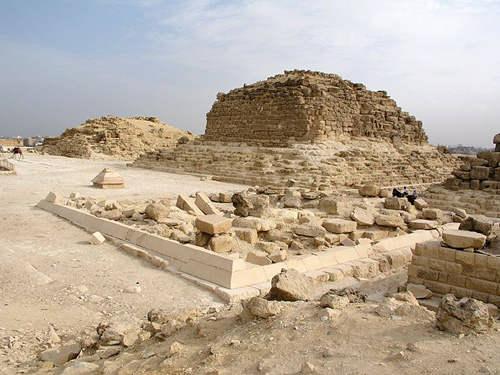 Вид на южную сторону малой пирамиды G1a (вдалеке).