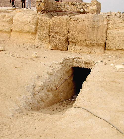 Древний туннель под дорогой к пирамиде Хафры.