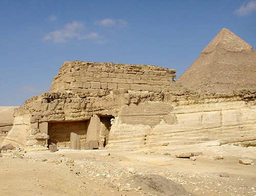 Вид на восточную сторону гробницы царицы Хенткавес. Вдали пирамида Хафры.