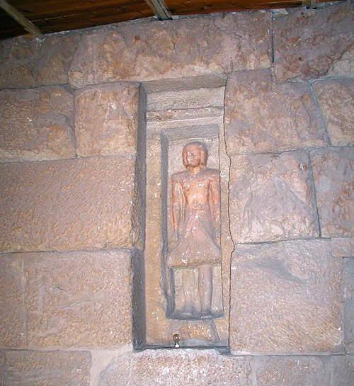 Статуя Нефербауптаха в ложной двери.