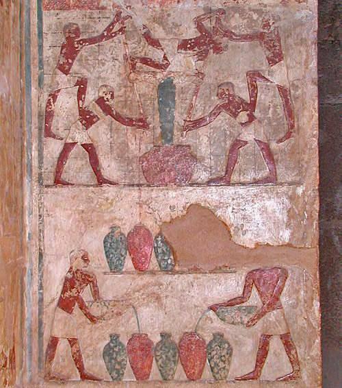 Фреска на стене гробницы Имери изображает процесс изготовления вина.