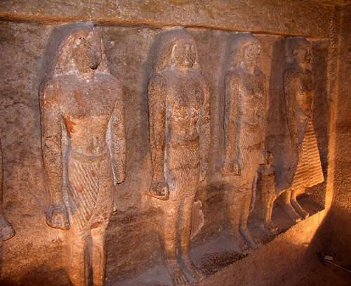 Статуи жреца Кара и членов его семьи.