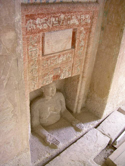 Статуя Иду в ложной двери его мастабы.